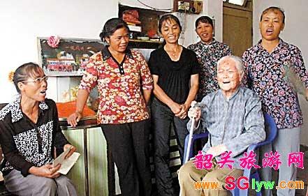 谭彩霞老人和弟子们唱月姐歌